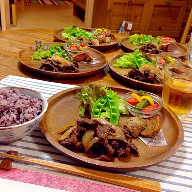 *タレに漬け込んだ肉を玉ねぎと炒めました。 *ピーマンとパプリカとプチトマトのマリネ *ジャガイモの素揚げ *付け合わせ生野菜とゆがきスナップえんどう *古代米ご飯 - 42件のもぐもぐ - 焼き肉風ワンプレートおかず by harunameiHrc