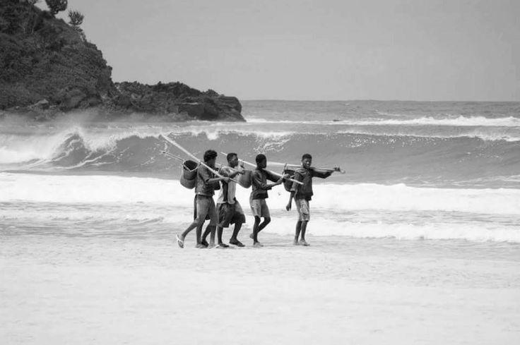 Si à Madagascar, sur les Hautes Terres, on vit de l'agriculture, les gens de la côte, eux, vivent de la pêche. La plupart de ses hommes sont des pêcheurs.