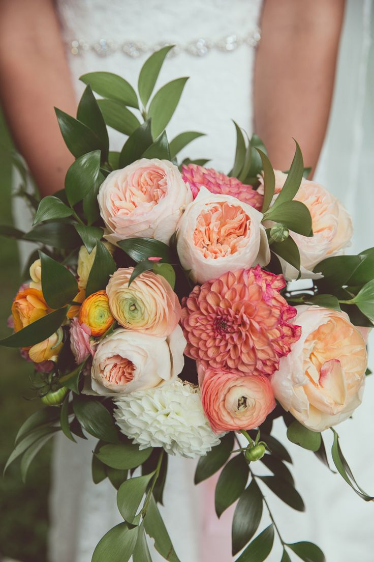 Photography : New Vintage Media Read More on SMP: http://www.stylemepretty.com/2016/09/27/colorful-garden-wedding/