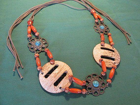 Hippie ceinture macramé perles turquoise ficelle cadeau unique style rétro vintage des années 60 de Boho Gypsy.  C'est un très cool et totalement Hippie de ceinture rétro. Fabriqué dans les années 90 mais avec une fin des années 60 distincte saveur, cette ceinture va vraiment finir votre look de flower power. Il est composé d'éléments en métal, perles en bois en bronze ton avec fausse turquoise, macramé et noix de coco faux en plastique. Semble incroyable.  La longueur totale est de 125cm…