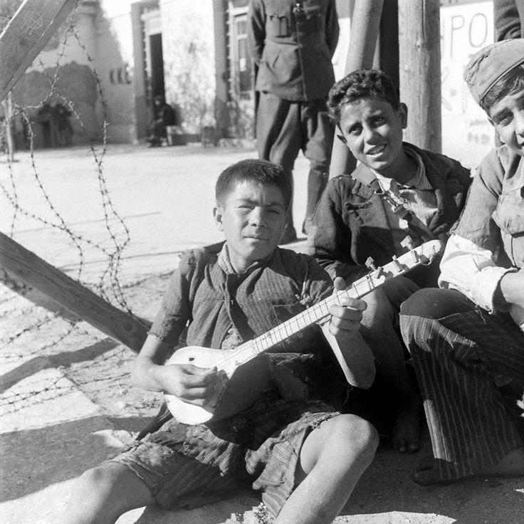 Dmitri Kessel, Δεκέμβριος 1944, Αθήνα, κομπανία νεαρών δίπλα σε οδοφράγματα.