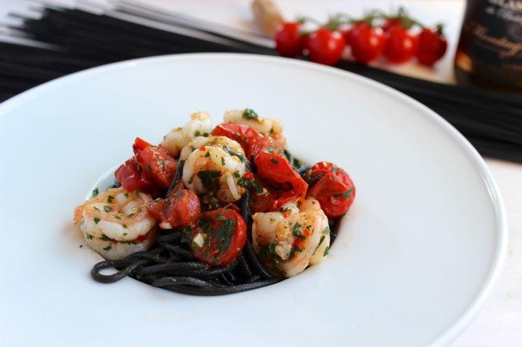 Spaghetti al nero di sepia z krewekami i pomidorkami cherry