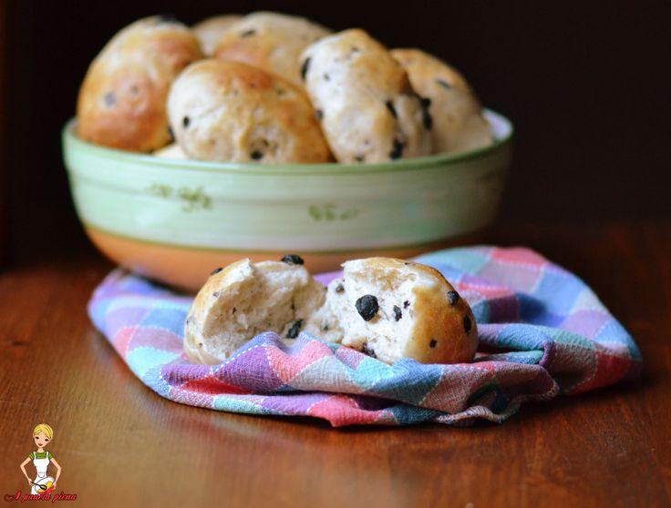 Buon sabato amici, finalmente sabato ed io vi propongo dei panini morbidi con olive davvero gustosi da realizzare in maniera semplice e da servire nei giorn