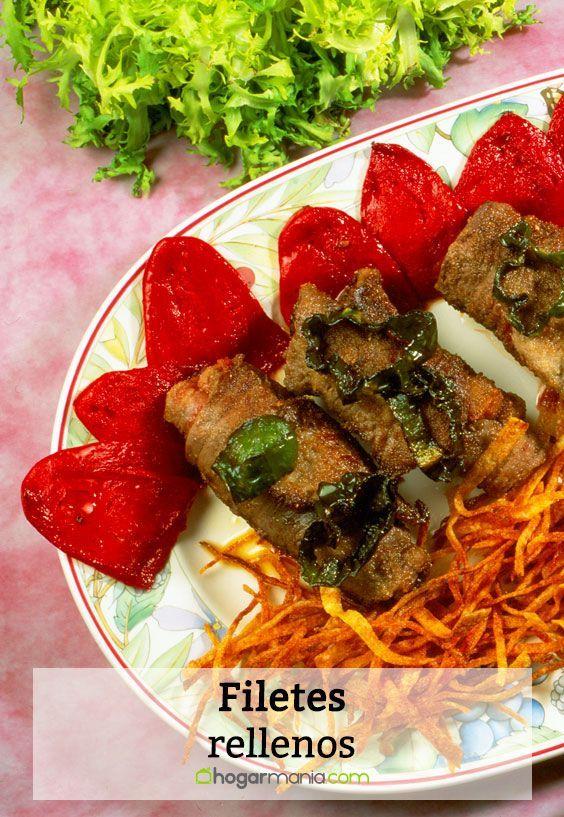 Receta de filetes rellenos de pimientos del piquillo y jamón, acompañados de una guarnición de patatas fritas y pimientos verdes.