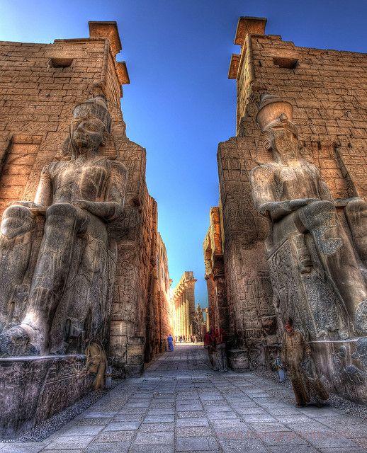 The First Pylon at Luxor Temple construido a la escala de los Dioses,impresionante.