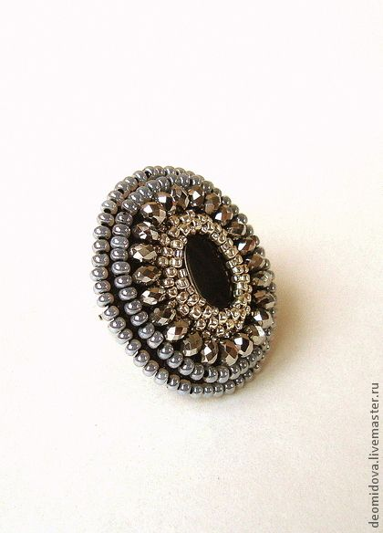 Кольцо с черным агатом. Стильное, крупное серебристое кольцо с черным агатом.    В работе японский серебряный бисер ТОНО, чешский бисер, серебристый граненый хрусталь, камень - черный агат.  Кольцо на регулируемой основе.