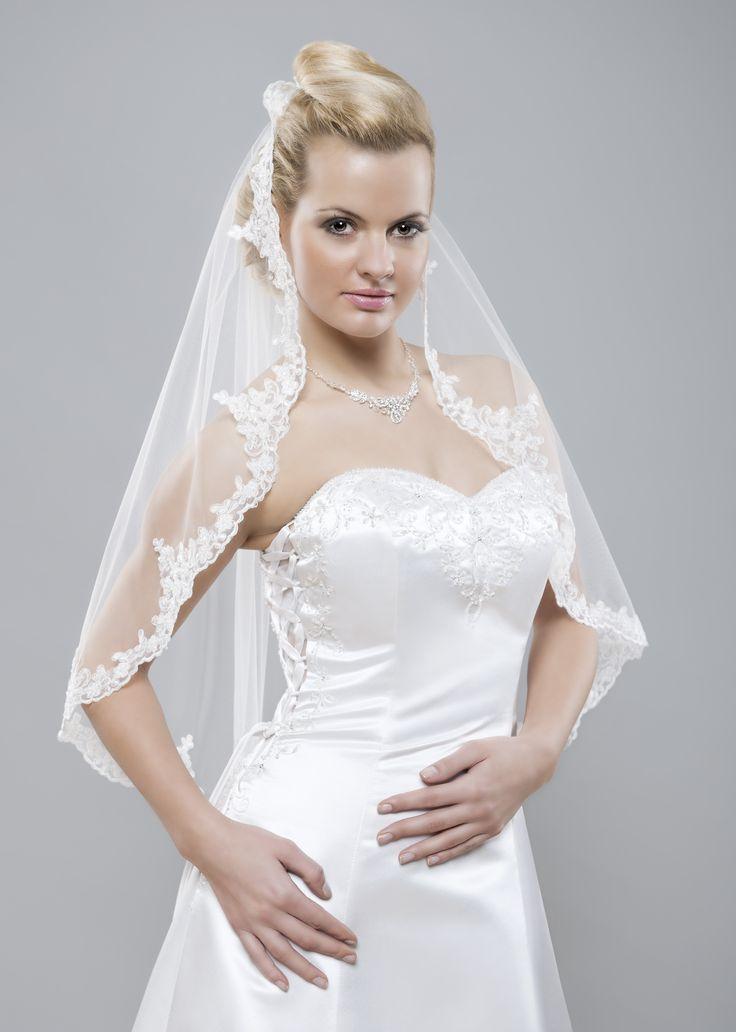 Nádherný krátky španielsky svadobný závoj z kolekcie Gamour s originálnou krajkou.