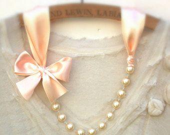 Pesco collana Carrie Bradshaw ha ispirato collana di perle - nastri di raso colore pesco chiaro antiquariato. Perfetto per la sposa, sposa, damigelle d'onore