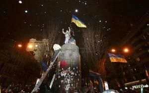 (Reuters) – Anti-government protesters toppled a statue of Soviet state founder Vladimir Lenin in Ukraine's capital and attacked it with hammers on Sunday in a symbolic challenge to President Viktor Yanukovich and his plans for closer ties withRussia. The gesture rejecting Moscow's historic influence over Ukraine came after opposition leaders told hundreds of thousands of […]