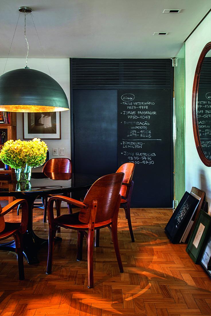 O casal de arquitetos Bel Lobo e Bob Neri apresenta seu apartamento carioca.  A sala de jantar tem tudo de que gostam: mesa e cadeiras (Cimo) vindas diretamente da feirinha da praça XV. Luminária da Scatto, que eles usam em muitos de seus projetos, como as lojas da Richards. Os arranjos de flores estão por toda parte e são de autoria da Mandacaru. O o louceiro tem toque de charme na pintura com textura de lousa.