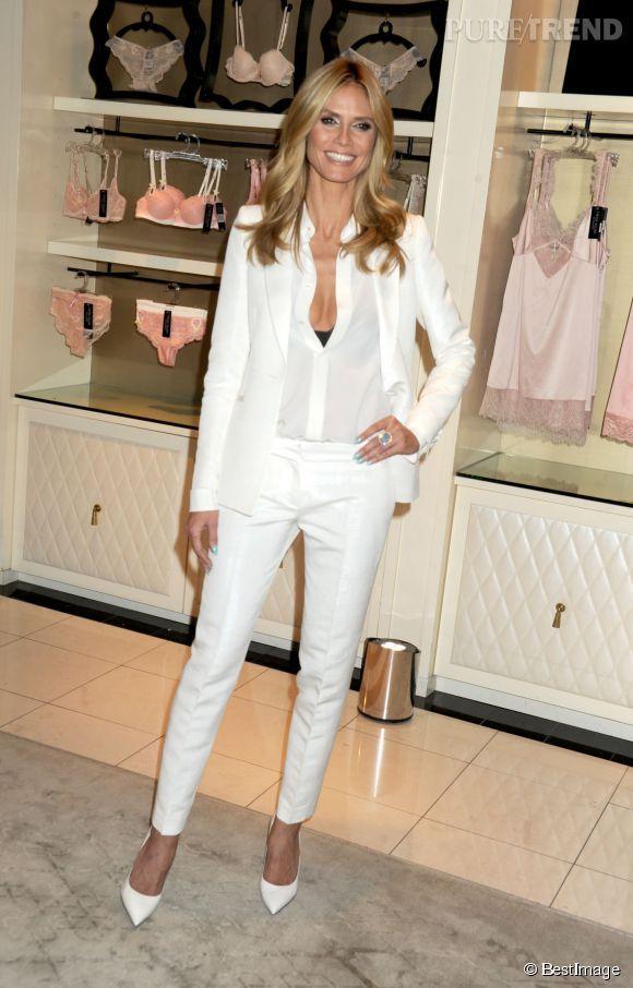 """Heidi Klum est venue présenter sa marque de lingerie """"Heidi Klum Intimates"""" dans un élégant smoking blanc très décolleté..."""