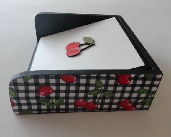 Porta guardanapo em decoupage de tecido.  Pintura tradicional e aplique de cerejinha em MDF. Pode ser feito na cor de sua preferencia.  Medidas 21 x 21 x 6 R$35,00