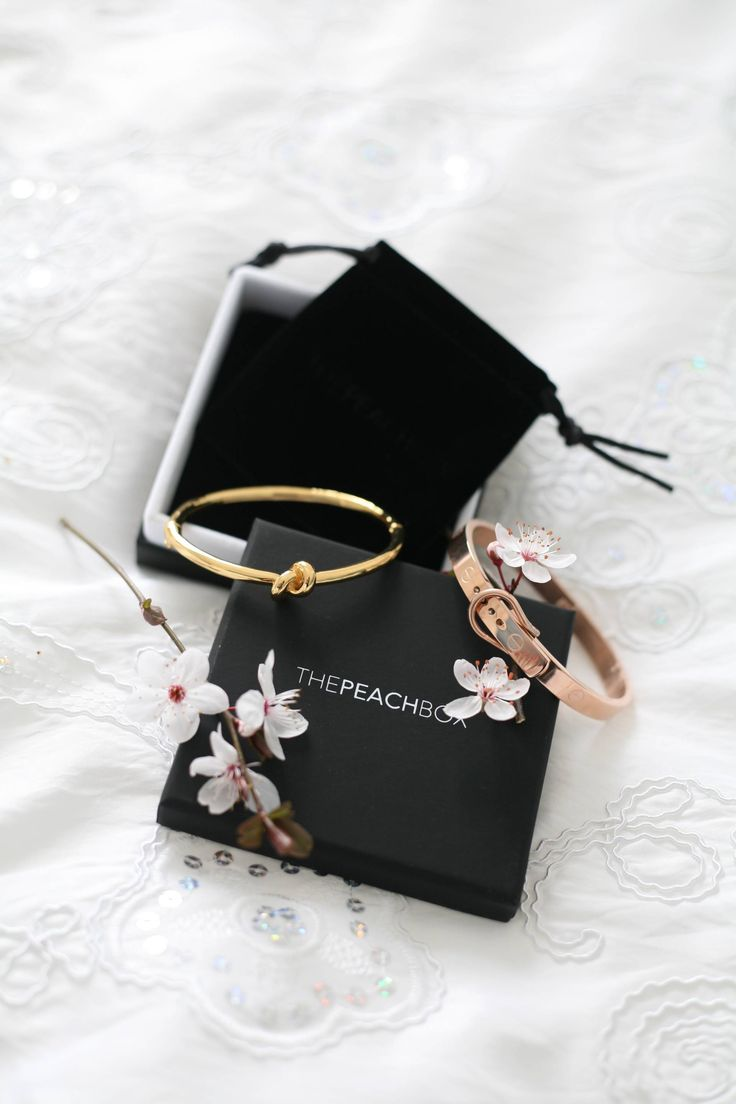 The Peachbox jewelry by Laurence Magaly In this post you will find inspiration in minimal and chic jewelry. Also a great gift idea for Mothersday! I'm wearing the rose gold buckle bangle bracelet here and on my blog I show you another one to create another look!
