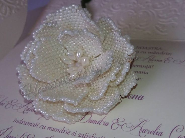 Rosa di perline realizzata da @HandmadebyRami  prendendo spunto da questo…