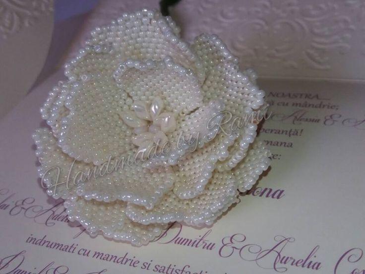 Rosa di perline realizzata da @HandmadebyRami  prendendo spunto da questo tutorial http://www.livemaster.ru/topic/907833-kak-sdelat-malenkij-tsvetok-iz-bisera