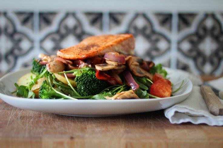 Stekt laks + lun salat med brokkoli og sjampinjong