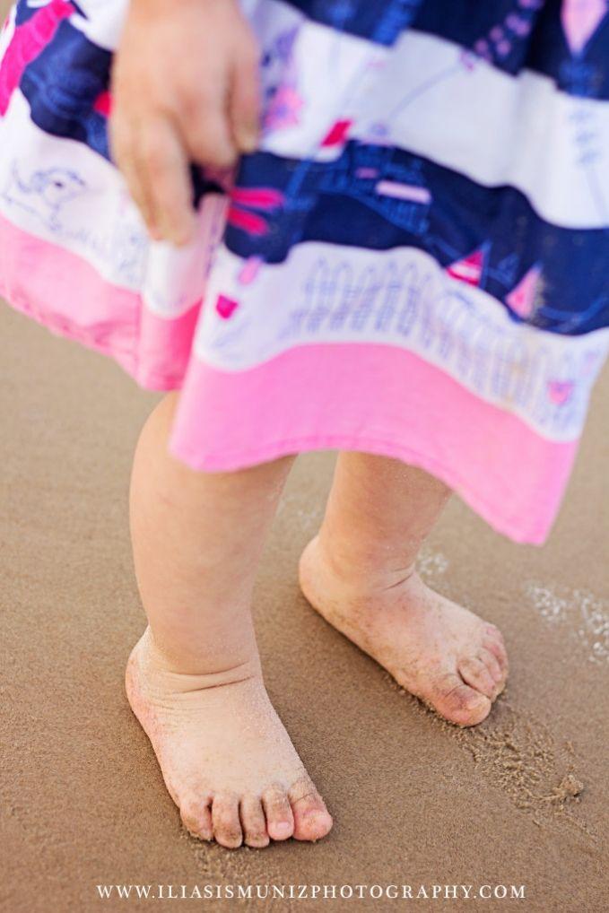 Iliasis Muniz Photography | Children Beach photos, children beach photos, toe photos, baby toes, little girl photos, mila at the beach, children portraits, children poses, photography, beach photography, beach children.
