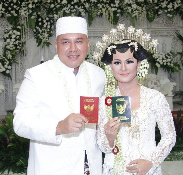 Newly wed couple, Javanese Wedding, White lace kebaya