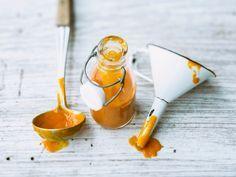 Von Kindern heißgeliebt und trotzdem so ungesund: 100 Gramm Tomatenketchup enthalten ungefähr 9 Stücke puren Zucker. Eine tolle - und vor allem vitaminreiche - Alternative ist der Kürbisketchup, der auch geschmacklich punktet und nicht nur zu Pommes einmalig lecker schmeckt.