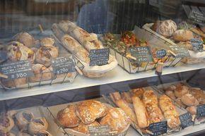 《 鎌倉 》駅東口、野菜市場でおなじみの連売市場の裏手に位置するmbs46.7(エムビーエス ヨンジュウロクテンナナ)は、看板もとってもおしゃれな対面式パン屋さん! 惣菜系のパンが多く、具材もアレンジが効いていていくつもほしくなるラインナップです。