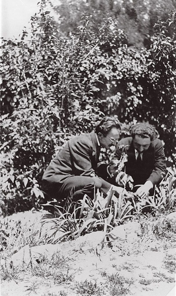 13. Ο Νίκος Καζαντζάκης με τον Κώστα Σφακιανάκη στην Κηφισιά. 1925.