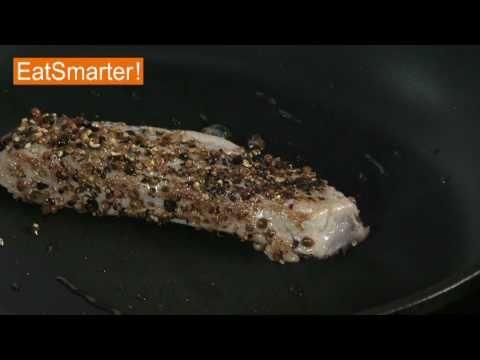 Gewürzten Thunfisch braten - so gelingt der kulinarische Leckerbissen! Eine große Auswahl weiterer Videos in unserer Mediathek: http://eatsmarter.de/kochschule/