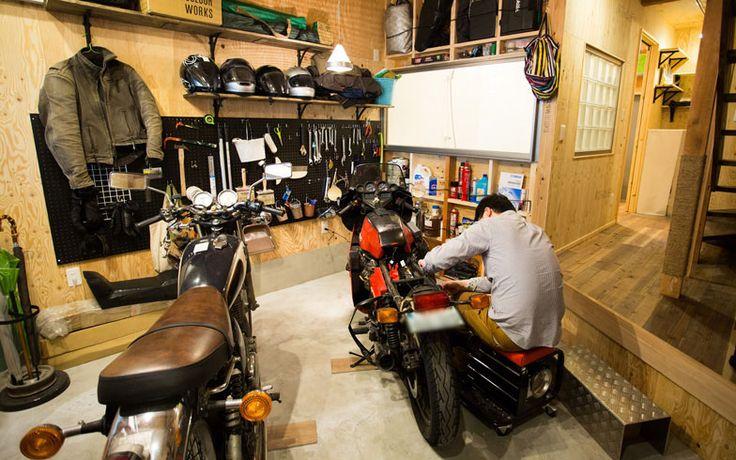 玄関開けたら1秒でガレージ。イタリア製「モトグッツィ」のビンテージバイク、不変のデザインにファンが多い国産の「ヤマハ SR」を置いてなお、ゆとりあるスペース