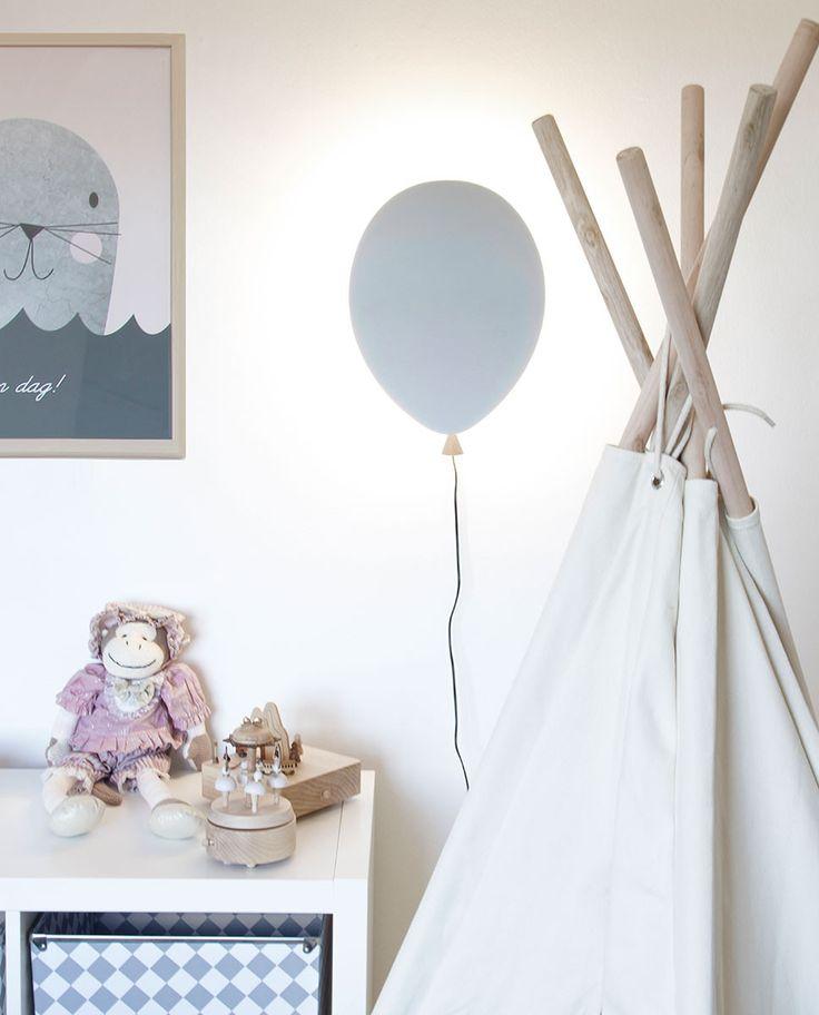 Vegglampen Balloon fra Globen Lighting vil med sin smekre form løfte rommet! Lampen har integrert LED som ligger rundt hele bakkanten og gir en vakker glorie rundt ballongen. Den er laget av grålakkert finer med detalj i matt ask og et snøre i form av den sorte kabelen med bryter.