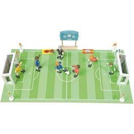Campo de fútbol realizado en madera. Incluye figuras Budkins, porterías, marcador, 2 balones, etc. Fabricante: Le Toy Van