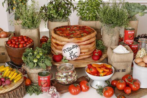 Uma pizzada de aniversário com tomates e temperos na decoração e bolo de aniversário em formato de pizza!