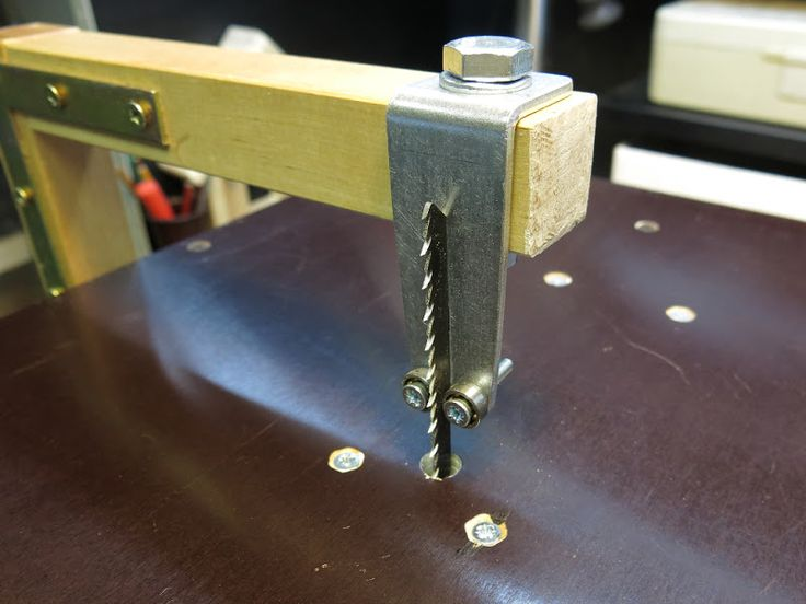 Вслед за столом для циркулярной пилы взялся делать стол для лобзика. Он нужен для выполнения более тонких работ. Идеальным инструментом была бы ленточная пила, но…