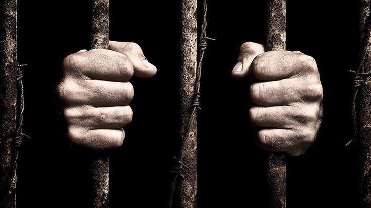 Rund 4.000 verurteilte Kriminelle sitzen in Großbritannien auf unbestimmte Zeit ein. Grund ist ein Gesetz, zur Sicherungsverwahrung von Gefährdern für die Öffentlichkeit. Obwohl dieses auf Druck der EU abgeschafft wurde, kam es nicht zur Aufhebung bereits erteilter Haftstrafen.