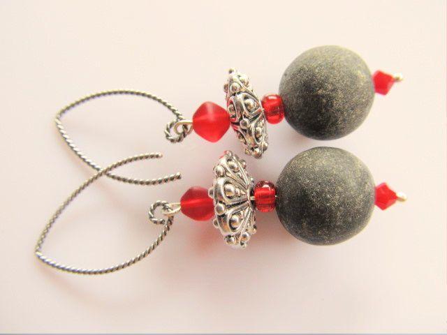 Oorbellen Dania lava matzwart met rode glaskralen en rood swarovski kristal kraaltje, tinnen bewerkte disc kraal en gedraaide oorhaak