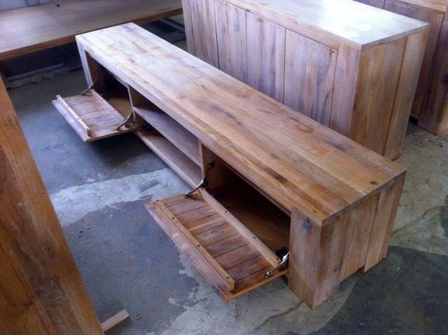 De prin fabrică, imagini cu mobila din lemn masiv, neprelucrate