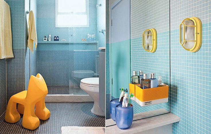Para fugir da monotonia no banheiro de um menino de 7 anos, os arquitetos Alexandra Albuquerque e Rodrigo Martins criaram faixas em três tons de azul em degradê com pastilha. A mais escura também virou piso. O gabinete de laca acompanha o tom