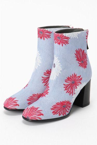 MSGM フラワープリントブーツ  MSGM フラワープリントブーツ 93960 花柄生地のブーツは存在感ある一足 暗くなりがちな冬のスタイルに映えます コーディネートの主役アイテムとして是非 MSGM(エムエスジーエム) マッシモジョルジェッティが手掛けるイタリアのファッションブランド 2004年からデザイナーとして活動をし2009年に自分のブランドMSGMを立ち上げた デザイナー自身が愛するインディーミュージックやコンテンポラリーアートの新しい傾向を組みわせることでMSGMはまるで万華鏡の中に広がる世界の様に様々な色形ライン等の結合により真新しいパターンを生む MSGMは人々が服を着ることによって自由個性や創造性を発揮する方法を与える