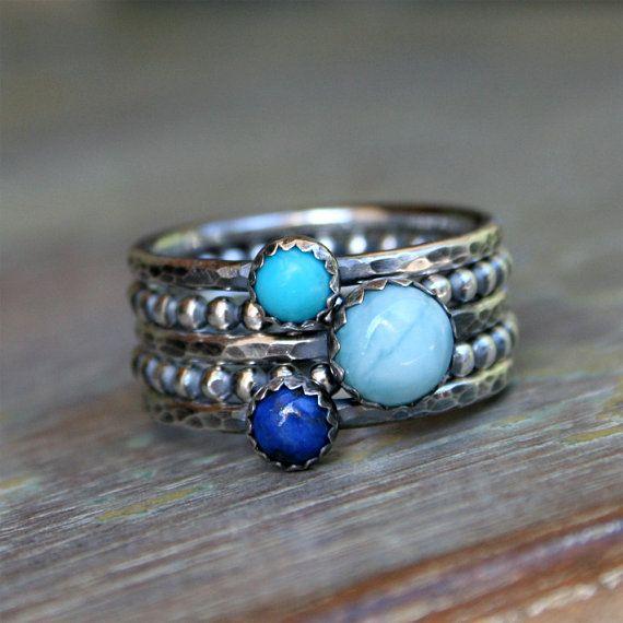 Larimar, lazulite de Lapis et Turquoise, bagues dempilage  Ensemble de cinq anneaux en argent sterling.  3 pierres bleus en biseaux dentelé sur bandes Anneau martelé argent. 2 argent sterling pointillés bandes anneau complètes lensemble. Les anneaux ont reçu une finition vieillie pour mettre en évidence les détails.  Tailles de pierres précieuses sont :  6mm Larimar Lapis-lazuli 4mm 4mm Turquoise  Lorsque tous les 5 anneaux sont empilés ensemble les bandes anneau mesurent environ 3/8 po de…