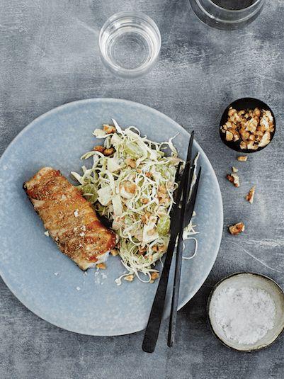 Lækker opskrift på bagt torsk med spidskålssalat a la waldorf fra bogen Sunde vaner Smuk figur