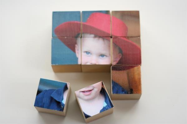 Zelf een puzzel maken met oude houten blokken.