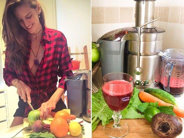 300 ml d'acqua – 1/2 cetriolo – 1/2 limone spremuto – 1/2 barbabietola(dolcificante, combatte ipertensione e anemia). – 2 cm di radice di zenzero rosso – 1 foglia di lattuga A destra, la versione salata, per il pranzo. La top consiglia di aggiungere: - 1 carota – 1 pomodoro – 1 manciata di grani di melograno – un pizzico di pepe rosso e/o coriandolo