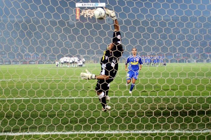 Claudio Bravo, arquerazo, atajando un penal en la final de campeonato ante las madres, que a la postre se llevaría el cacique.
