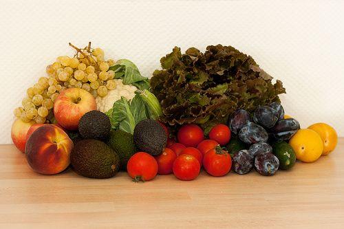 128. Biokiste  Gemüse: 1 Blumenkohl, 700 g Tomaten, 1 Bataviasalat, 2 Mini-Gurken  Obst: 3 Äpfel, 2 Nektarinen (-1), 500 g kernlose Trauben, 3 Mini- und 2 normalgroße Avocados, 600 g Zwetschgen, 3 gelbe Pflaumen  --  Gesamtsumme: 25,25 EUR Anbieter: momo.abo-kiste.com
