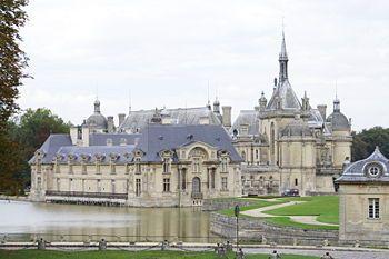 Vista actual del castillo de Chantilly, sede del Museo Condé. El Museo Condé de Chantilly es una institución que custodia el legado de obras de arte del príncipe Enrique de Orleans (duque de Aumale), hijo del rey Luis Felipe I de Francia. Tiene como sede el castillo de Chantilly, propiedad del Instituto de Francia. La localidad de Chantilly se halla a unos 60 kilómetros al norte de París.