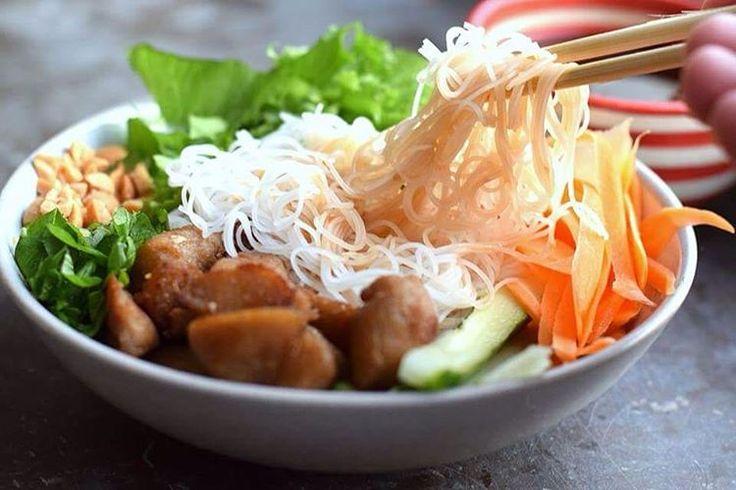 🌱VEGANMÅNADEN🌱 Vietnamesisk nudelskål 🔹 Recept: hacka morot, gurka, krispsallat, mynta och jordnötter 🌱 koka risnudlar och stek tinade #tzaybitar 🌱 gör en dippsås på 1/2 dl sweet chili, 2 limefrukter, 2 msk vatten och 2 msk japansk soja. 🌱 Så jääävla gott ba! Ha en grym fredag nu 🍻