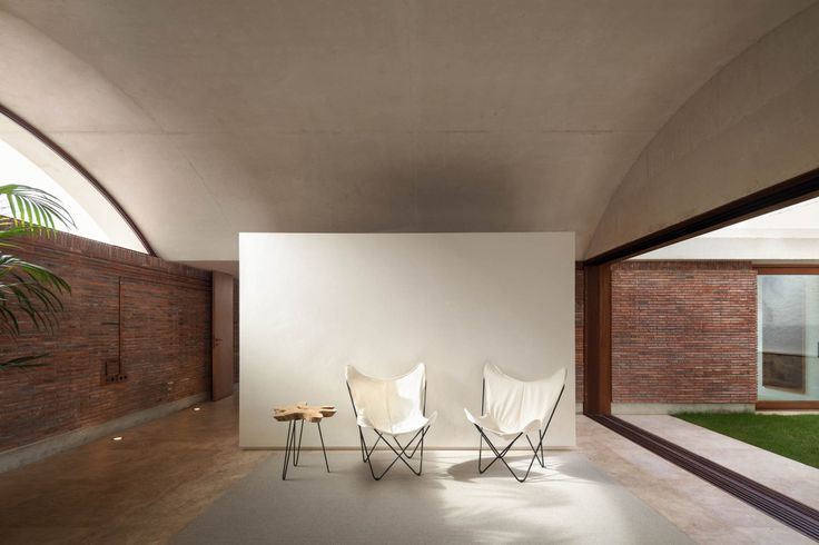 House IV is an extension of a detached house located in the countryside of Elche, with a warm and humid climate.<br /> Outdoor spaces are dimensioned through the new cross volume that responds to good climatic response thanks to its north-south axis. The structure (through four walls and four arches) is what defines the spaces, atmosphere, the construction and breaks the indoor-outdoor limits.<br />