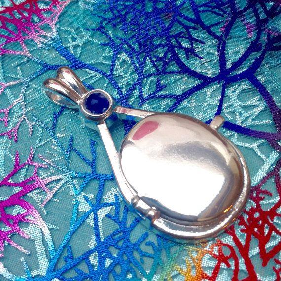 ♥ Handgemaakte H2O Just Add Water medaillon zeemeermin hanger ♥ Het medaillon is al klaar en kan direct worden geleverd ♥ De hanger niet wordt geopend, is het een niet-openable medaillon hanger ♥ De hanger is gemaakt van een legering lichtgewicht metaal met een glanzend oppervlak en blauwe golven geschilderd op de achterkant. De steen is geschilderd blauw kraal maar ik kan een andere kleur op aanvraag Medaillon + geschenkverpakking is inbegrepen in de prijs ♥ Grootte van de hanger is 5cm...