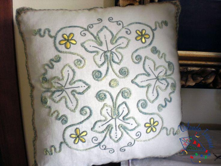 cuscino realizzato con punto monnalisa