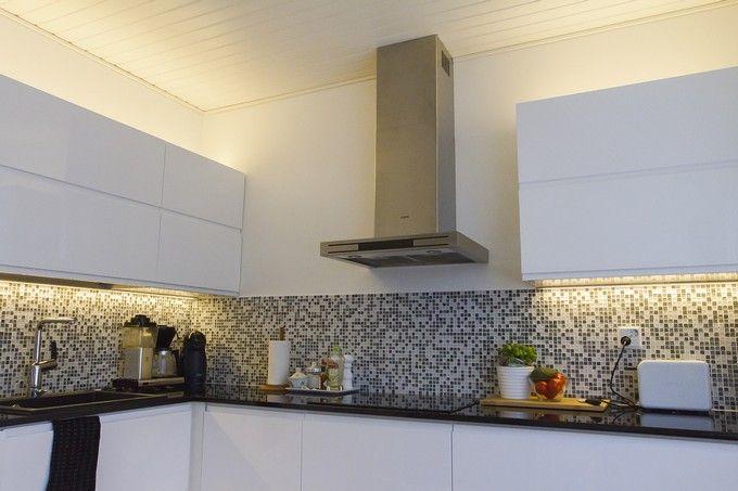 Warm, indirect LED light with black and white kitchen decoration. / Lämmin, epäsuora LED-valo kruunaa mustavalkoisen keittiön sisustuksen. www.valaistusblogi.fi
