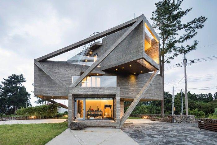 """가장 기본적인 요소를 쌓아서 완성한 감각적인 디자인의 현대식 주택입니다. 어디서든 탁트인 정경을 즐길 수 있고 맑은 공기와 함께 할 수 있는 멋진 집, 실용적인 건축 구조가 고급스러움에 가려지지 않을까 걱정되는 공간입니다. 테라스와 야경 그리고 야외 온천 그리고 심플하고 아늑한 내부까지.. 부족함 없는 일상을 즐기고 싶다면 이런 집을 지어보는것은 어떨까요? ♥추가로 보면 좋은 예쁜집들 1. """"바다.."""