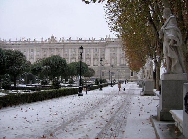 Madrid, por las nubes: http://vayanotis.wordpress.com/2012/03/18/esperanza-aguirre-compra-maquinas-para-que-nieve-en-madrid/